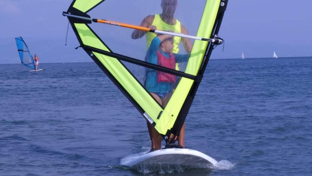 Luca al corso di windsurf improntato sulla comunicazione non verbale